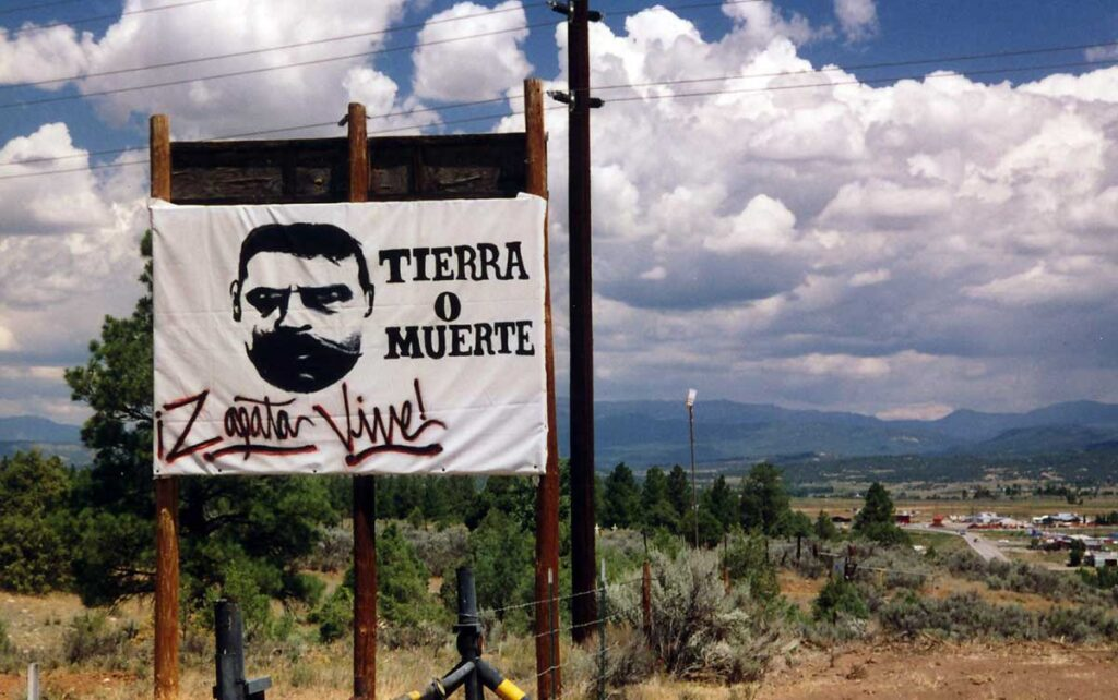 Tierra o muerte sign outside of Tierra Amarilla